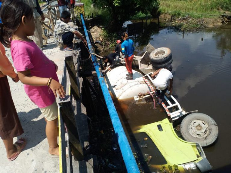 Jembatan Tak Kuat Menahan Beban, Truk Molen Nyemplung ke Sungai