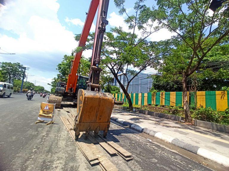 Track Frame Excavator Rusak Permukaan Aspal, Normalisasi Sungai Terpaksa Ditunda